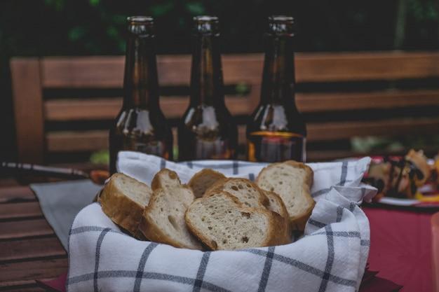 パーティーやピクニックのためにテーブルの上のバスケットの場所でパンします。