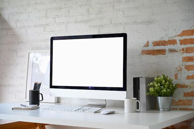 モックアップ空白の画面のデスクトップコンピューターとホームオフィス用アクセサリーのロフト職場