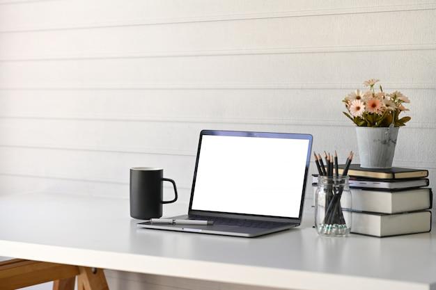空白の画面のノートパソコンとワークスペース。
