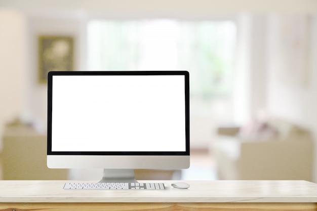 Макет современного настольного компьютера на мраморном столе в гостиной.