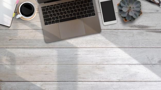 Рабочий стол сверху с ноутбуком и принадлежностями