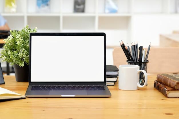 モックアップノートパソコンを机の上のロフトワークスペース