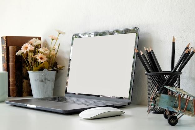 Рабочая область с портативного компьютера, канцелярских принадлежностей дома или в студии. макет.