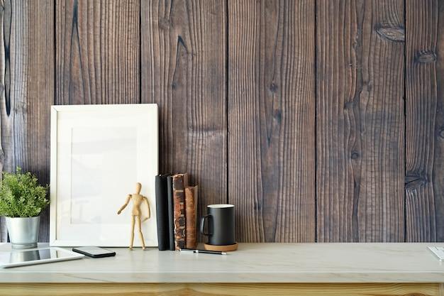 空白のポスターフレーム、植物、ヴィンテージブック、コピースペースをモックアップしたスタイリッシュなインテリア