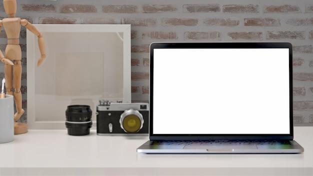 グラフィックモンタージュの空白の画面のノートパソコンをモックアップします。