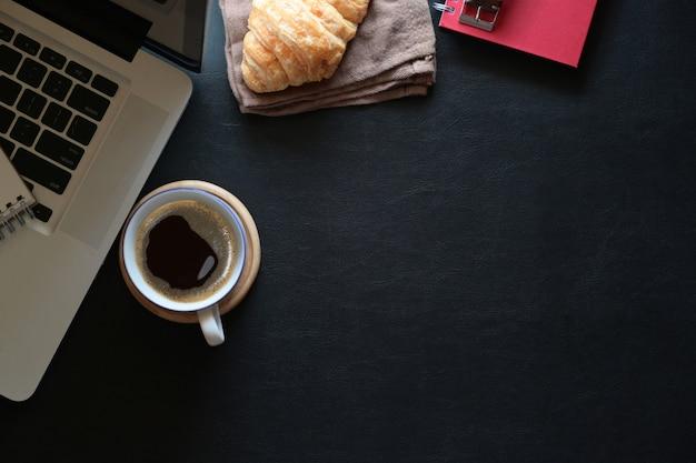 ワークスペースのコーヒー、ノートパソコン、コピースペースのモックアップ