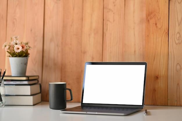 白い空白の画面のラップトップコンピューターとロフトワークスペース