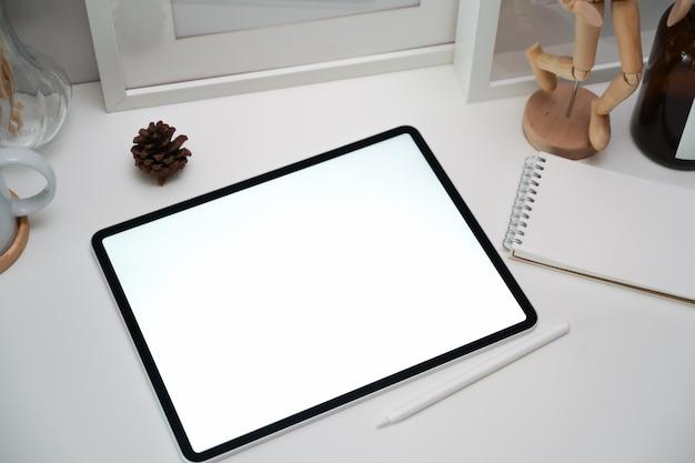 白のクリエイティブワークスペースに空白の画面タブレット。