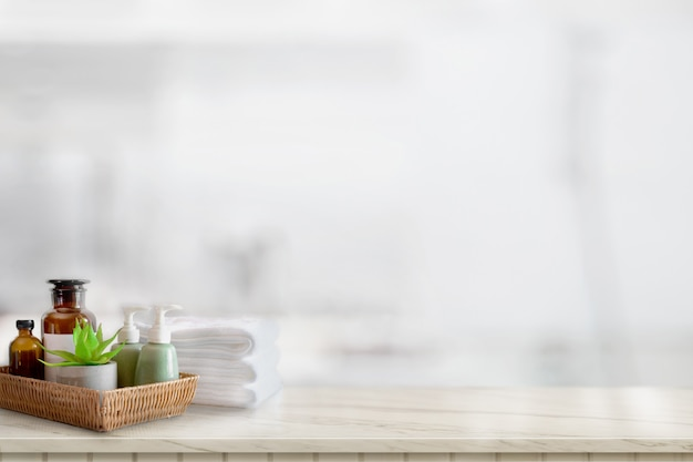セラミックスのシャンプーや石鹸、バスルームの背景にコピースペースを持つ大理石のカウンター上のタオル