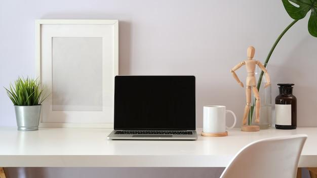 ロフトの白いワークスペースでノートパソコンをモックアップします。