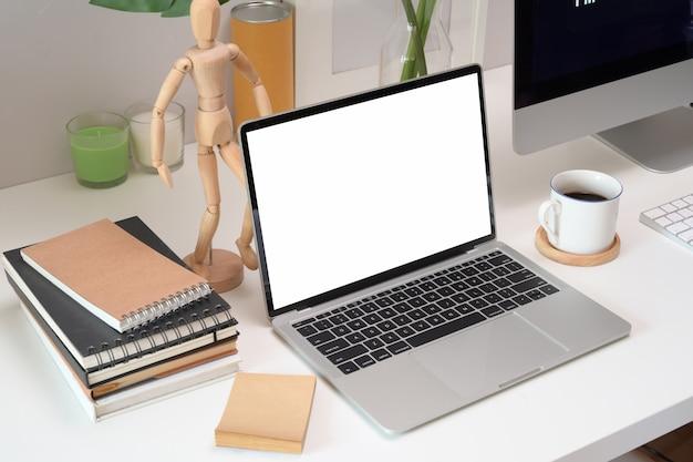 Макет пустой экран ноутбука в лофте
