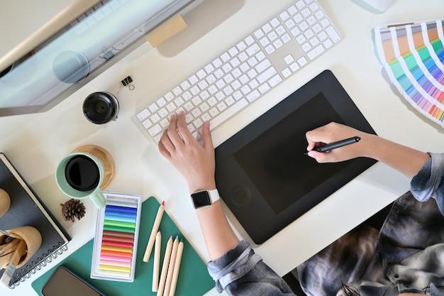 Графический дизайнер работает над цифровым планшетом.