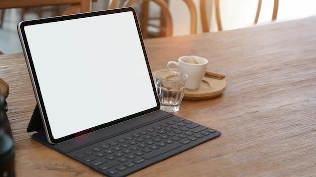 コピースペースを机の上のモックアップ空白画面タブレット