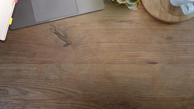 Деревянный стол офисный стол с ноутбуком канцелярских принадлежностей и копией пространства.