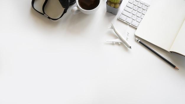 事務用品とコピースペース平面図白い木のワークスペース