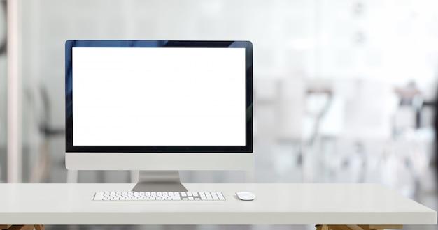 デスクトップコンピューターとオフィスの空白の画面表示をモックアップします。