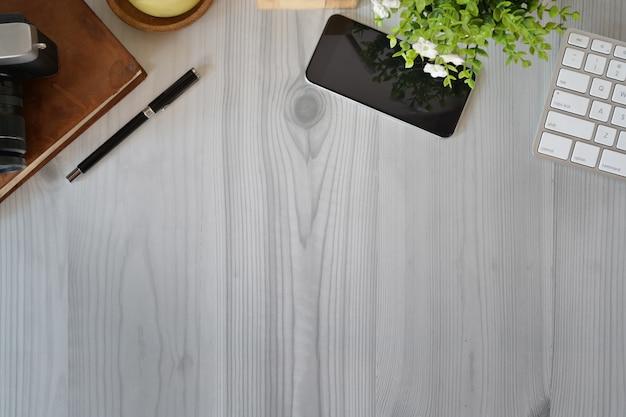オフィスの木製ワークスペースオフィスガジェットとコピースペース。