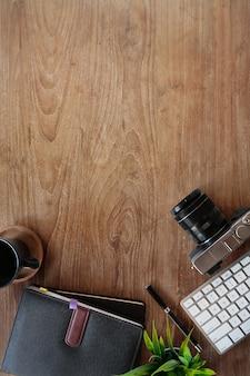 ガジェットとコピースペースと最小限のヒップスターの木製テーブルワークスペース