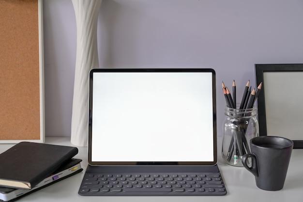 モックアップ空白の画面タブレットとモダンなワークスペース