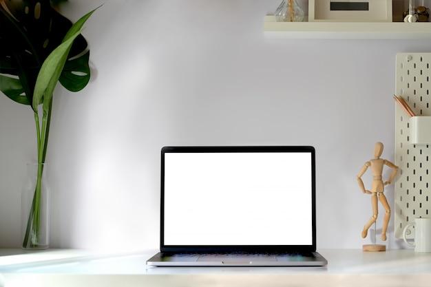 最小限のワークスペーステーブルの上のスマートキーボードとモックアップタブレット。