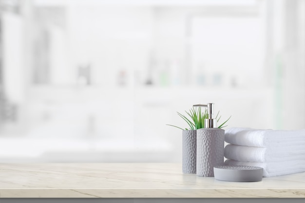 Керамическая бутылка-шампунь с белыми хлопковыми полотенцами на мраморной стойке над ванной