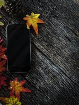 古い木とコピースペースのモックアップモバイルスマートフォン