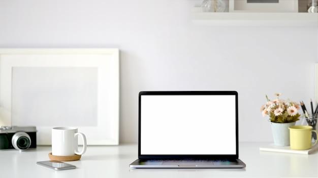 モックアップ空白の画面タブレットと最小限の職場