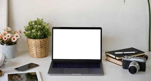 オープンノートパソコンとホームオフィス用品の作業スペース
