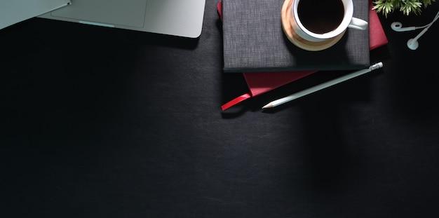 近代的なオフィスの黒い革ワークスペースのオーバーヘッドショット