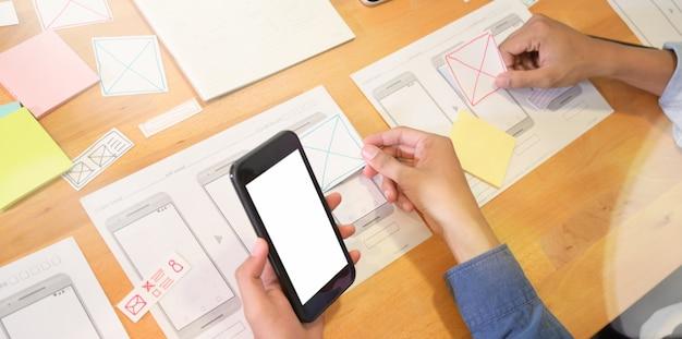 Веб-дизайнеры работают над проектом пользовательского интерфейса