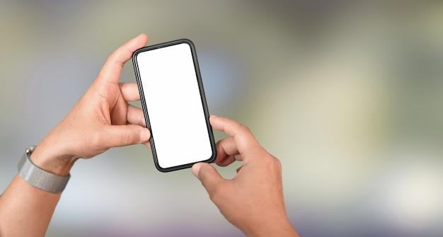スマートフォンを持っている人間の手のビューをトリミング