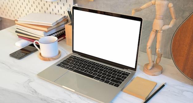 空白の画面のラップトップを持つデザイナーの職場