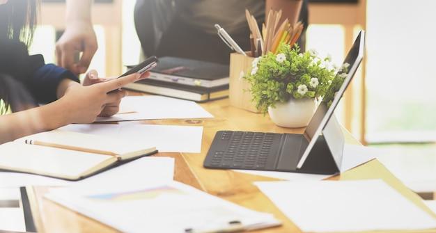 Молодой профессиональный бизнес-команда готовит свою стратегию