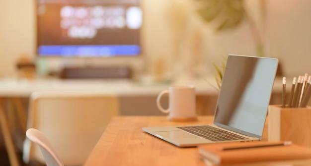 ラップトップコンピューターと事務用品と最小限の職場