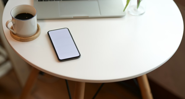 空白の画面のスマートフォンでスタイリッシュなワークスペース