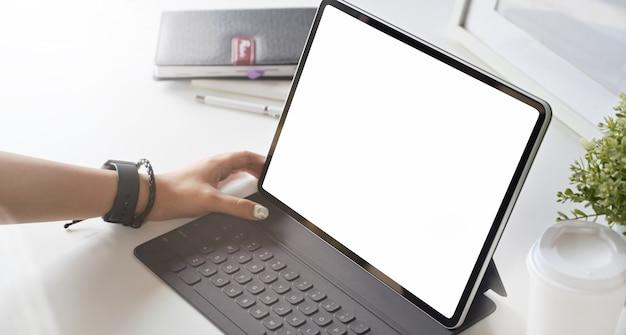 近代的なオフィスに空白の画面タブレット