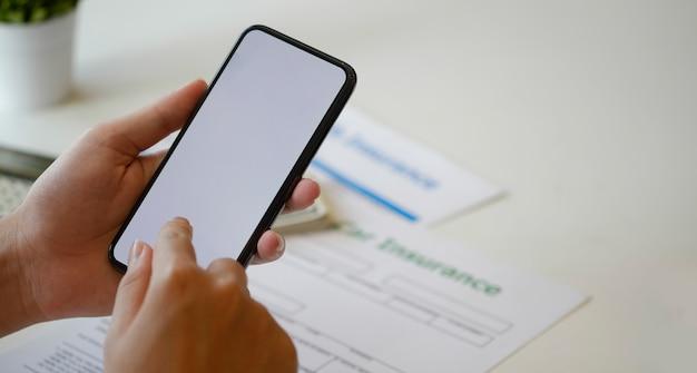 空白の画面のスマートフォンを使用している人