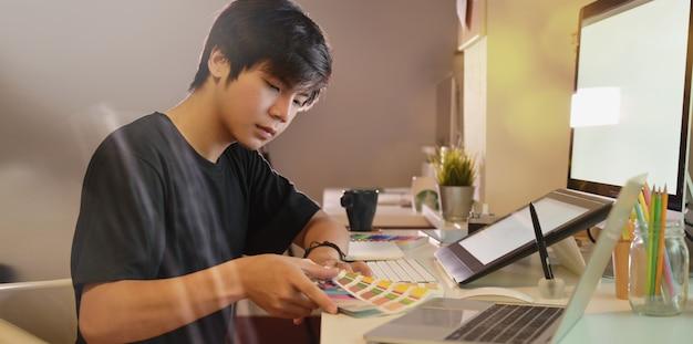 彼の画像に取り組んでいる若いプロの写真家