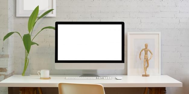 Пустой экран настольного компьютера в минималистском офисе