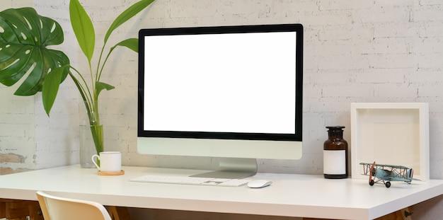 Стильное рабочее место с пустым экраном настольного компьютера