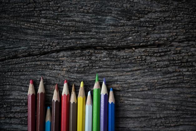 古い木とコピースペースに色鉛筆