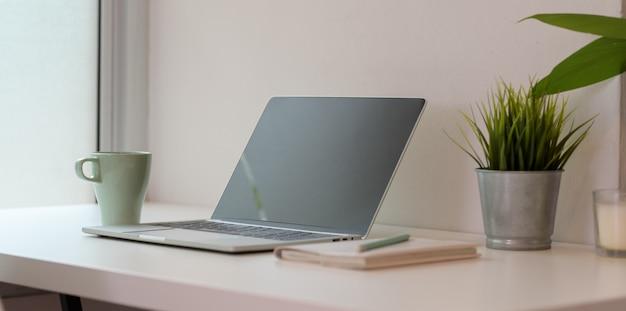 Открытый пустой экран ноутбука с чашкой кофе