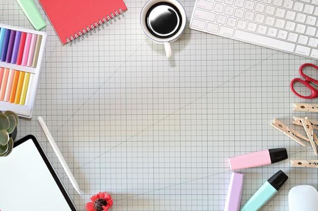 鉛筆タブレット、コンピューター、色見本、コピースペースを備えたグラフィックデザイナーのワークスペース