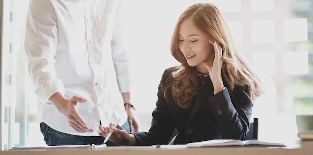 Профессиональная бизнес команда, обменивающаяся проектами