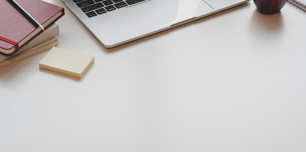 オフィス用品とコピースペースを持つオープンラップトップコンピューターと現代の職場