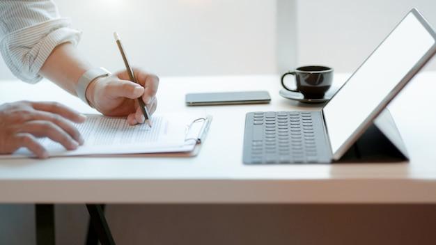 Обрезанный снимок профессионального бизнесмена, подписание бизнес-контракта