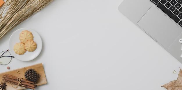 コピースペース、事務用品、装飾と秋の職場の平面図