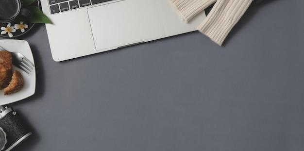 Вид сверху зимнего рабочего пространства с ноутбуком и канцелярских принадлежностей на сером столе