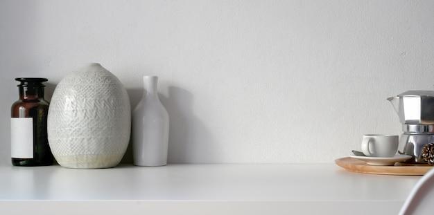 Минимальная комната с отделкой керамическими вазами с кофейной чашкой