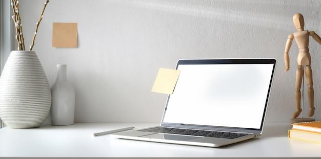 Минимальное рабочее пространство с открытым ноутбуком с пустым экраном и кофейной чашкой